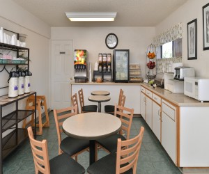 Quality Inn Klamath Falls - Breakfast dining area and table