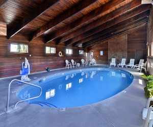 Quality Inn Klamath Falls - Wood Paneled Pool Area