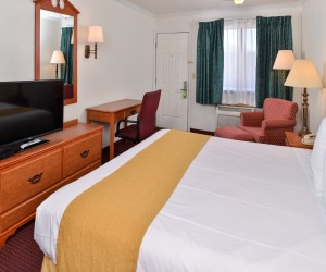 Quality Inn Klamath Falls - King Size bedding at Quality Inn Klamath Falls